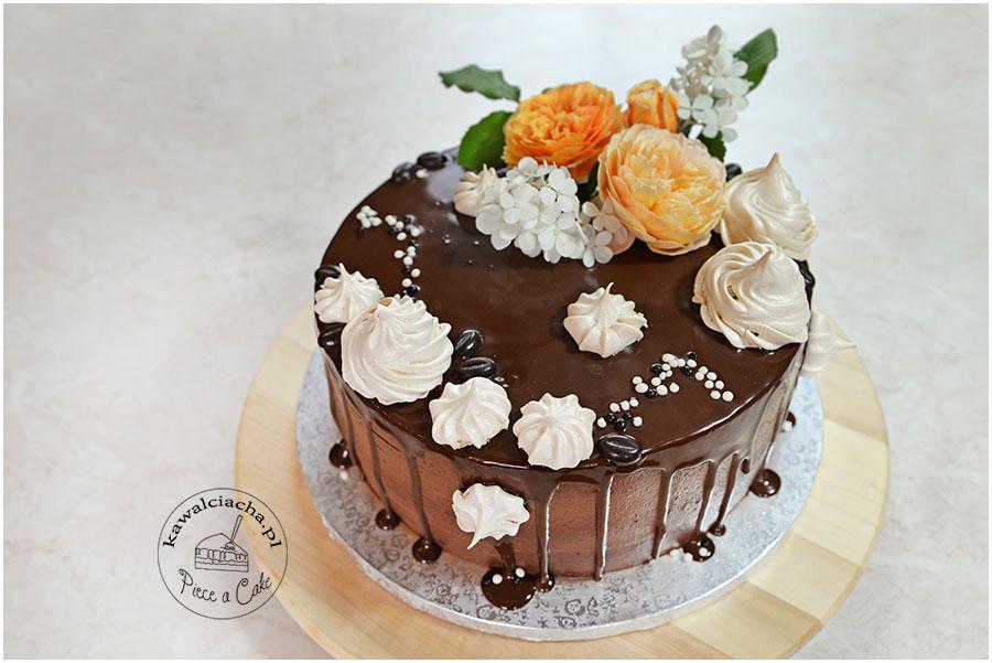 tort z polewą ganache z żywymi kwiatami i kawowymi bezikami