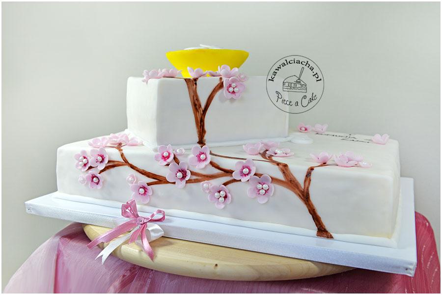 tort z cukrowymi kwiatami wiśni
