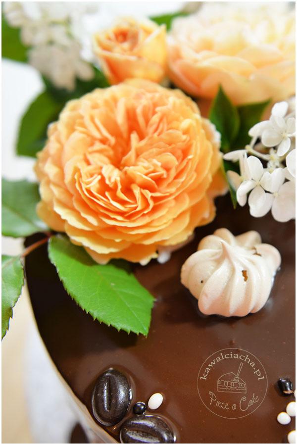 drip cake z żywymi kwiatami i kawowymi bezikami