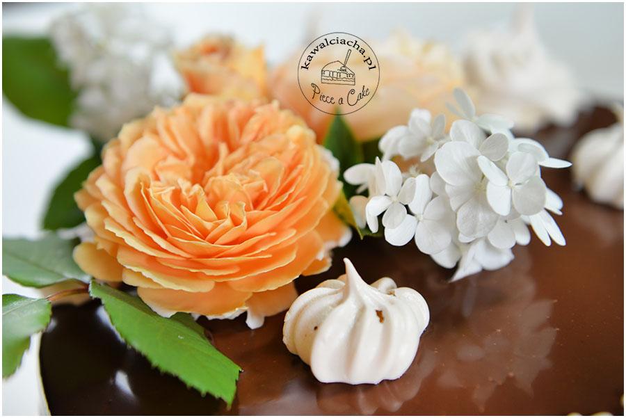 czekoladowy drip cake z polewą ganache i żywymi kwiatami
