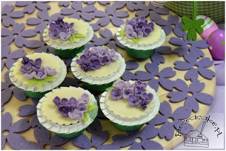Mufiny ozdobione kwiatami bzu