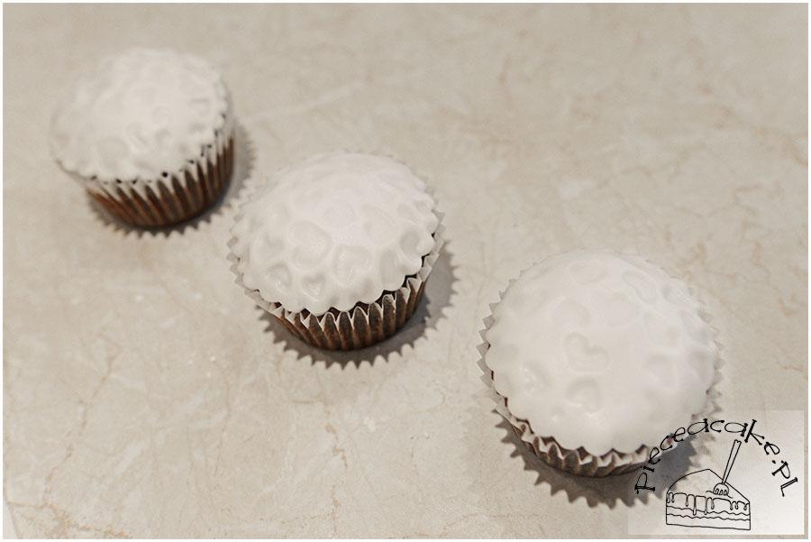 muffiny okryte białym lukrem