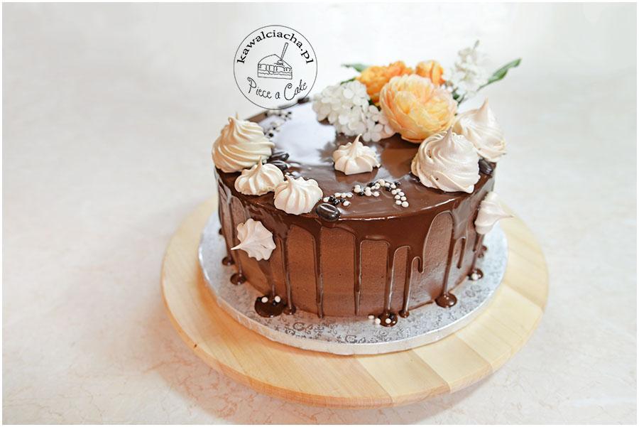 Tort urodzinowy z polewą i żywymi kwiatami