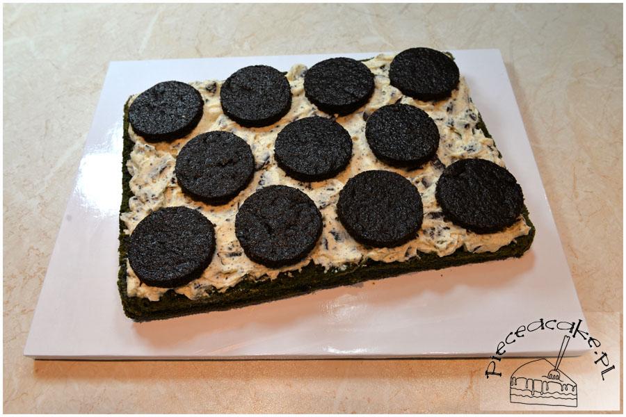 Tort na Halloween Potwór - warstwa ciasteczek