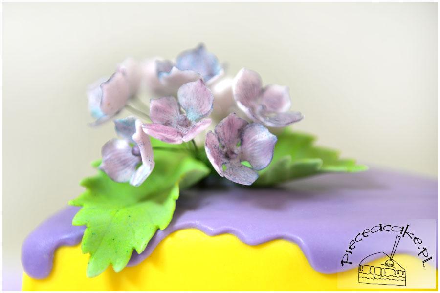 kwiaty na torcie urodzinowym Piece A Cake