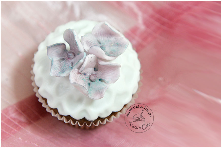 cupcakes with sugar hydrangeas