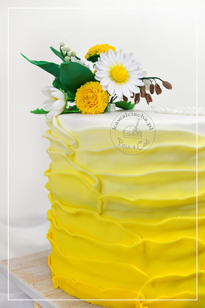 Tort komunijny z polnymi kwiatami