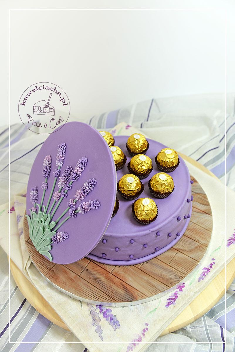 Tort bombonierka z kwiatami lawendy