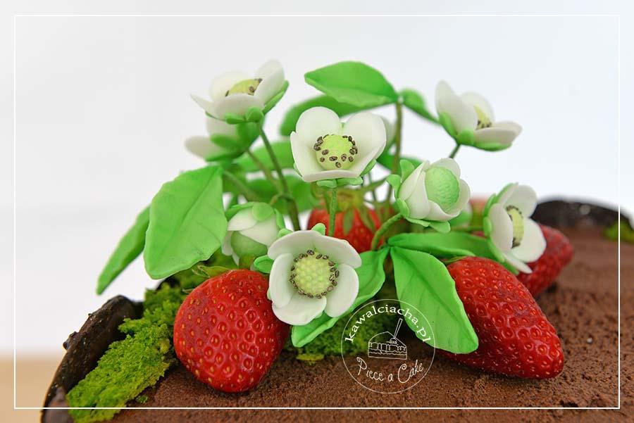 Kwiaty truskawek z masy cukrowej