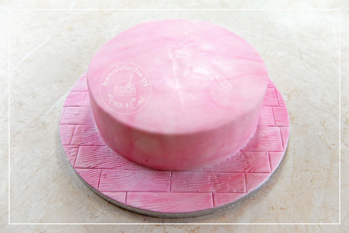 Obrazek: Różowy tort na różowej podłodze