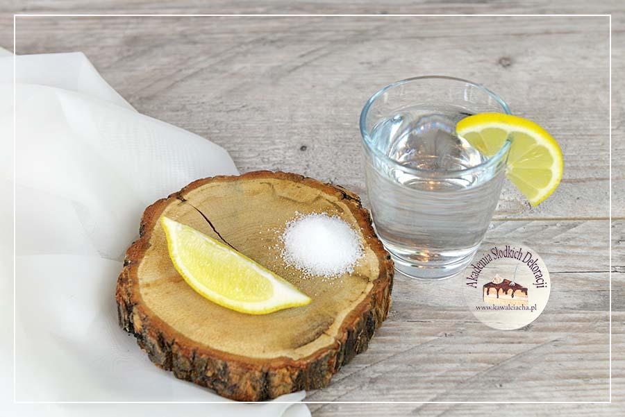 Obrazek: Woda z cytryną i cukrem lub miodem